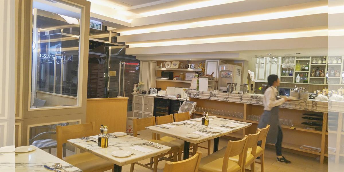 鬧市中的寧靜la Terrazza Bar Grill Tomo 的快樂宇宙